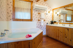Luxury Bathroom in Tuckaway Cottage Suite