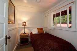 Ohia Cottage bedroom with twin bed