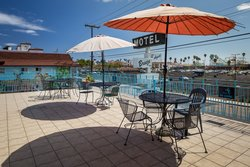 Aqua Breeze Inn Sundeck