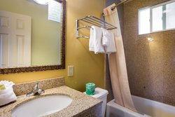 Aqua Breeze Inn Hotel Bathroom