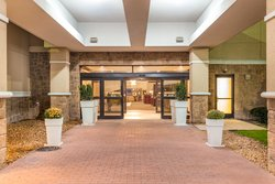 Holiday Inn Gurnee has free parking up to 400 cars