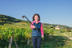 Ilona Bugelnig in the vineyard with golf clubs
