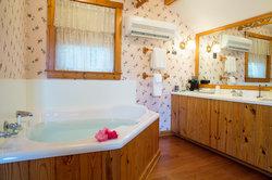 Luxury Bathroom in Tuckaway Cottage Suite